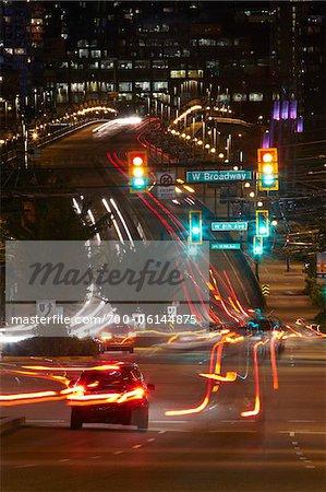 Intersection de rues la nuit, Vancouver, Colombie-Britannique, Canada