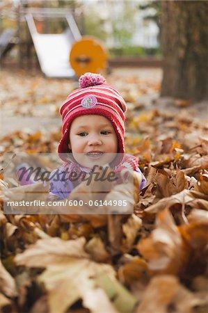 Mädchen im Herbst Blätter, Deutschland
