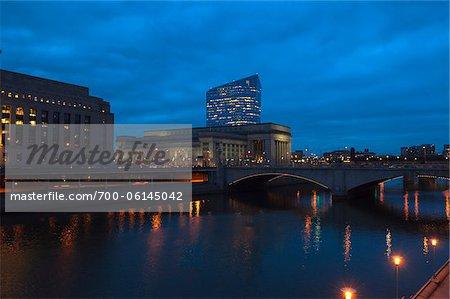 Market Street Bridge und der 30th Street Station in der Nacht, Philadelphia, Pennsylvania, USA
