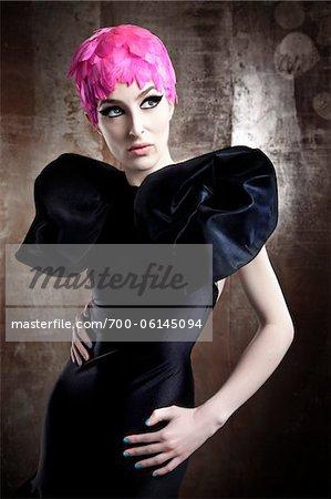 Porträt der Frau trägt schwarzes Kleid und Rosa Perücke