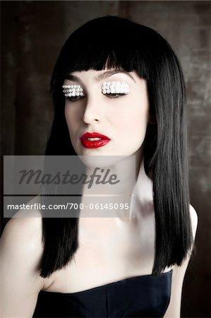 Porträt Frau mit Perlen auf Lidern