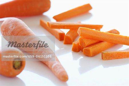 Carottes entières et des bâtonnets de carotte