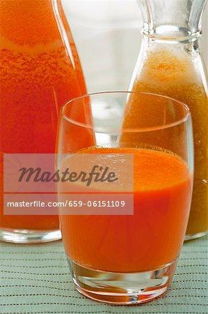 Karotte und Orangensaft und Pfirsich Saft