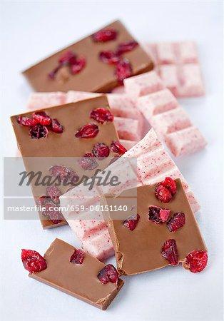 Verschiedene Stücke von Schokolade mit Preiselbeeren