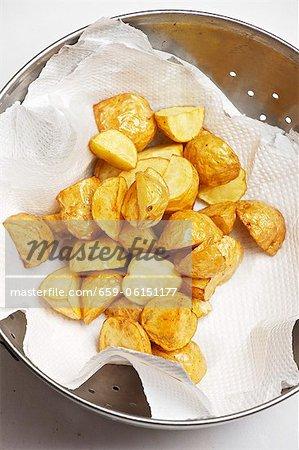 Tiefe Bratkartoffeln auf Küchenpapier getrocknet