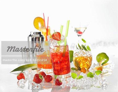 Diverses boissons avec un mélangeur à cocktail et glace pilée