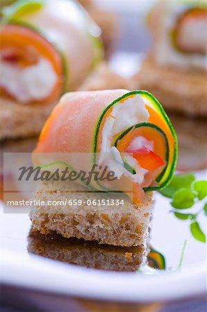 Courgette et saumon petits pains au fromage de chèvre sur pain