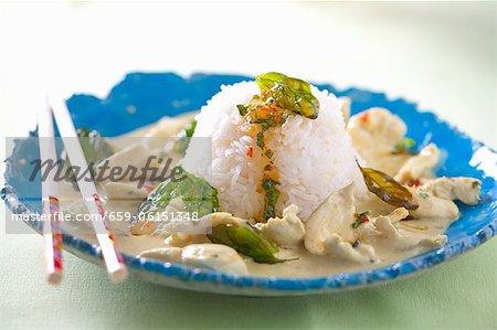 Ragoût de poulet avec sauce Chili, basilic frit et riz (Thaïlande)