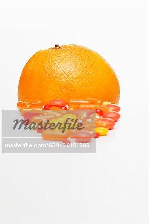 Comprimés de vitamines et une orange