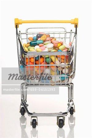Un chariot rempli de comprimés de vitamine