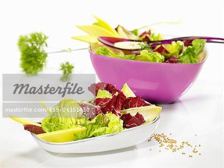 Salade mixte avec une vinaigrette moutarde