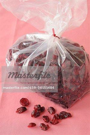 Canneberges séchées dans un sac en plastique