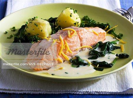 Filet de saumon avec sauce au citron, épinards et pommes de terre