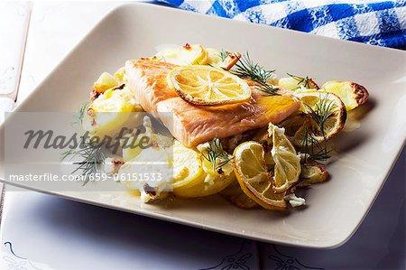 Filet de saumon aux pommes de terre, de citrons et de fromage feta