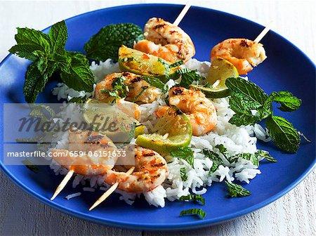 Brochettes de crevettes grillées avec riz et menthe poivrée