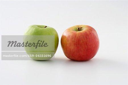 Zwei Äpfel (rot und grün)