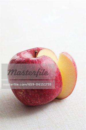 Ein roter Apfel mit einer Scheibe entfernt