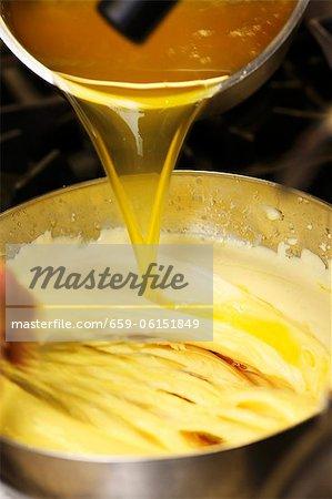 Sauce Hollandaise vorbereitet: Hinzufügen von Butter geklärt