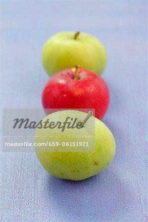 Three apples (deux vert, un rouge)