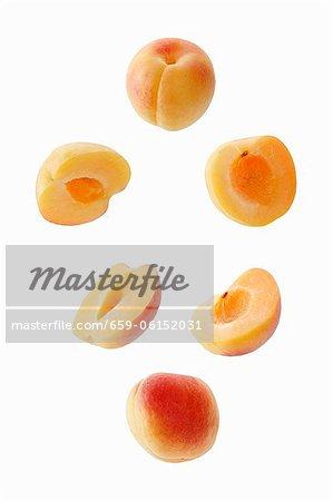 Aprikosen, ganze und halbierte