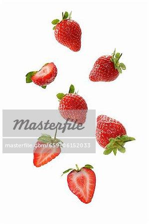 Erdbeeren, ganze und halbierte