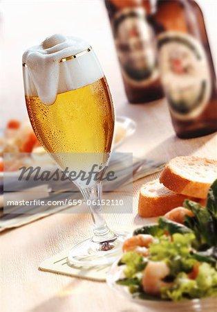 Ein Glas Bier, Salat und Bier Flaschen