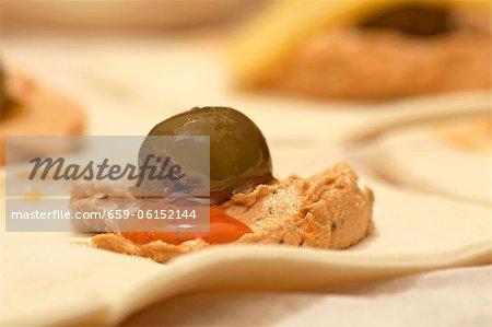 Frischer Blätterteig mit Verbreitung und eine olive