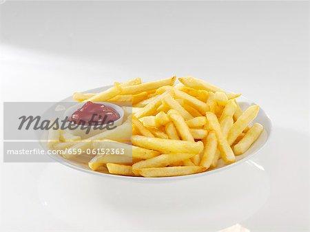 Ketchup sur les frites, gros plan, vue surélevée