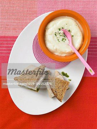 Schüssel Blumenkohlsuppe; Türkei Pesto Sandwich auf Vollkornbrot