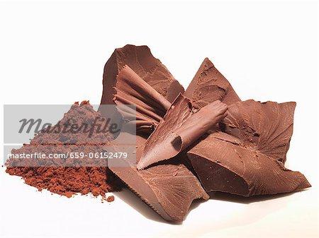 Stücke von Schokolade und Kakao-Pulver
