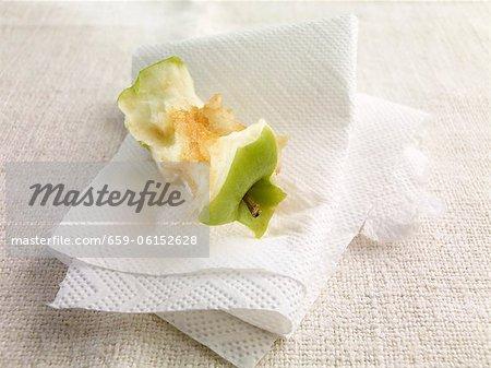 Un coeur de pomme sur des serviettes en papier