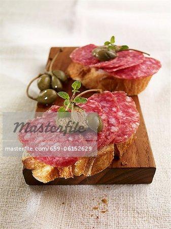 Open-Sandwiches mit Salami und Kapern