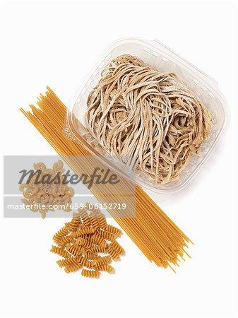 Assorted Vollkorn Pasta; Von oben; Weißer Hintergrund