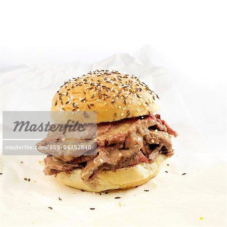 Rindfleisch auf ein Sandwich Wick; Rindfleisch mit Meerrettich auf einer Rolle des Kaiser gekrönt mit Kümmel und Salz