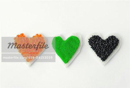 Trois canapés en forme de coeur avec caviar coloré