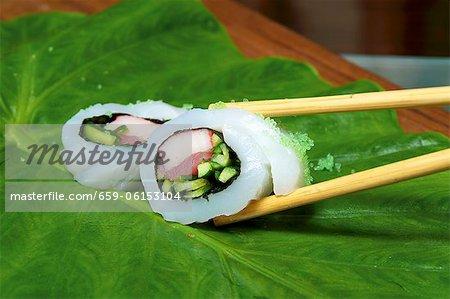 Rouleaux de poisson avec concombres et thon sur une feuille