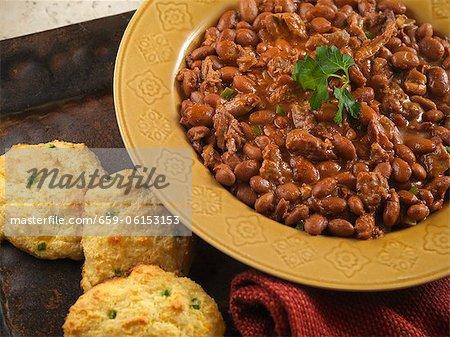 Pointe de poitrine de fèves avec des Biscuits de pain de maïs au Chili vert au
