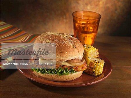 Chipotle gegrillte Chicken Sandwich mit Pepper Jack Käse und Zwiebeln; Gegrillter Maiskolben