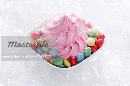 Crème glacée d'yaourt à la fraise avec des grains de chocolat colorés