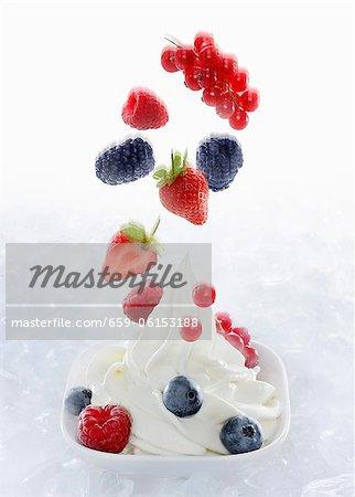 Crème glacée d'yogourt garnie de petits fruits frais