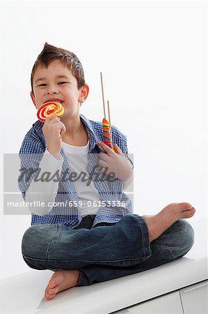 Un petit garçon mangeant une sucette