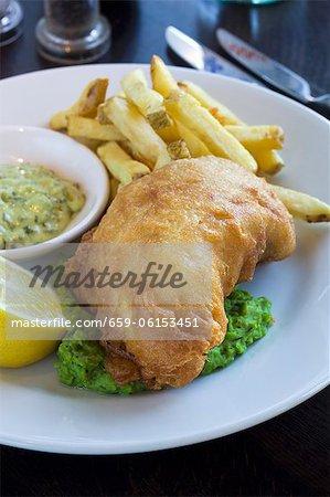Fish & Chips mit vom Winde verweht Erbsen und Sauce Tartare