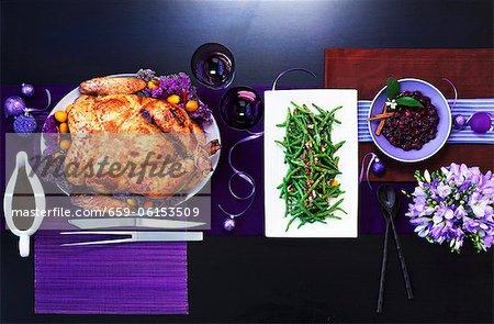 Chinesisch gebratene Pute mit grünen Bohnen in einer Tabelle mit lila Dekorationen