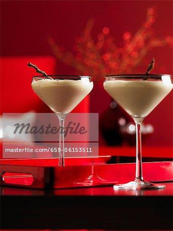 Deux cocktails crème dans des verres à Martini