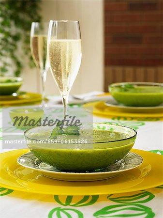 Crème de soupe aux pois avec un verre de champagne