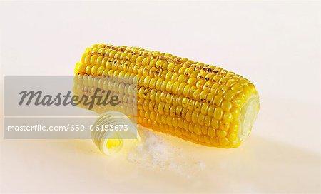 Maïs en épi avec beurre et sel