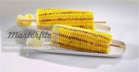 Maïs grillé en épi avec beurre et sel