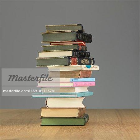 Einen Stapel Bücher auf einem Holztisch