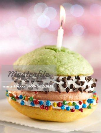 Double Decker anniversaire Whoopie Pie avec trois différents gâteaux parfumés et pépites de chocolat