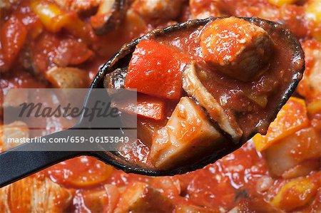 Cuillère de poulet Murphy au-dessus d'un Pot de poulet Murphy ; Ragoût